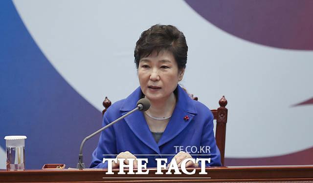 12월 9일 박근혜 대통령은 탄핵소추안이 국회에서 가결된 지 10분도 안 돼 이날 오후 5시에 국무위원 간담회를 가졌다. 박 대통령은 국회의 탄핵소추안 과정을 청와대 관저에서 TV로 국회 상황을 지켜본 것으로 전해졌다.