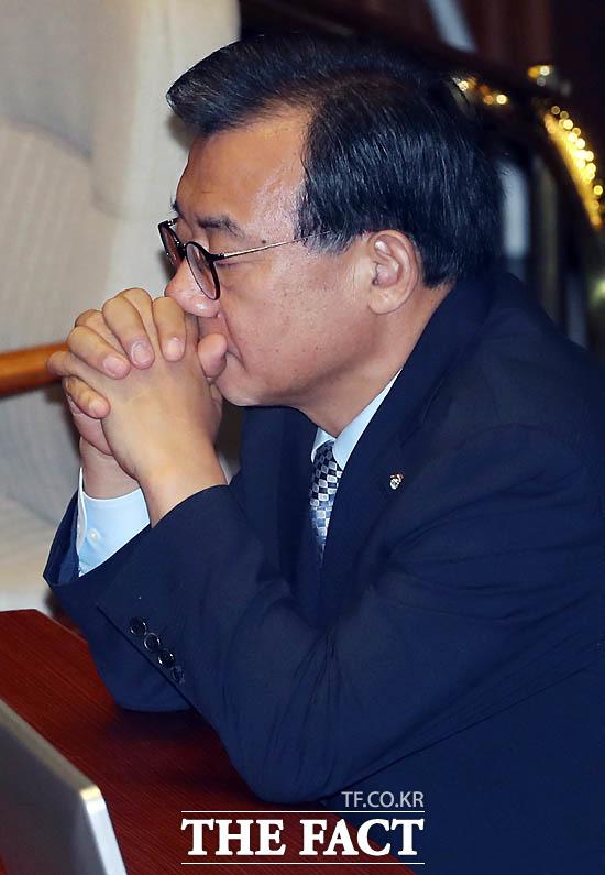 이정현 새누리당 대표가 9일 국회 본회의에서 열린 박근혜 대통령 탄핵소추안 투표가 진행되는 동안 초조한 표정을 짓고 있다.
