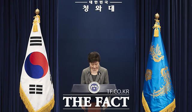 11월 29일 박 대통령은 3차 대국민 담화에서 대통령직 임기 단축을 포함한 진퇴 문제를 국회의 결정에 맡기겠다고 밝혔다.