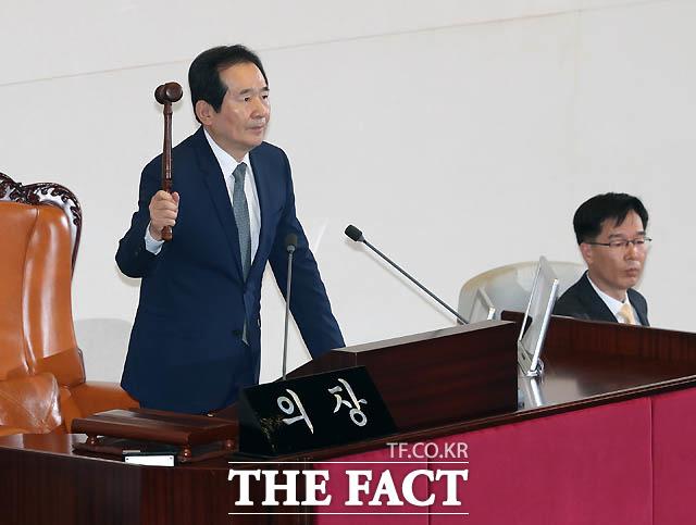 정세균 국회의장이 박근혜 대통령 탄핵소추안 가결을 선포하며 의사봉을 두드리고 있다.