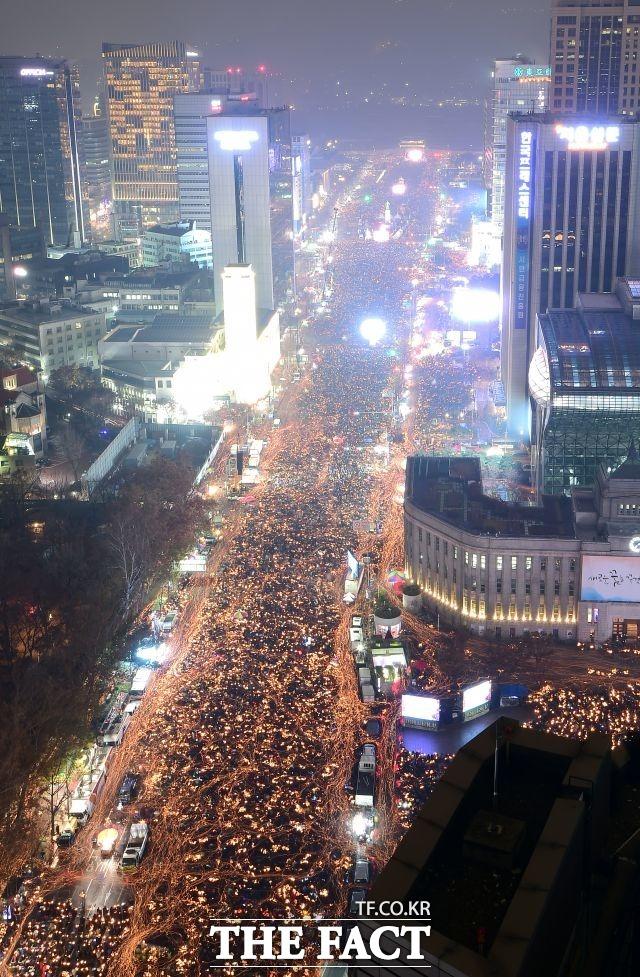 11월 12일 3차 주말 촛불집회 개최. 주최측 추산 100만명(경찰 추산 26만명) 참여했다.19일 4차 주말 촛불집회는 주최측 추산 95만명(경찰 추산 9만2000명) 참여했다.