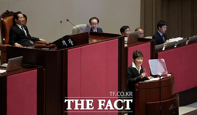 10월 24일 박근혜 대통령은 국회 시정연설서 개헌논의 공식 제안했다. 이날 JTBC는 최순실 씨가 쓰던 태블릿 PC를 입수해 국정개입 정황 보도했다. 다음날 박근혜 대통령은 1차 대국민담화에서 일부 연설문과 홍보물 표현 등에서 도움받은 적 있다고 인정했다.