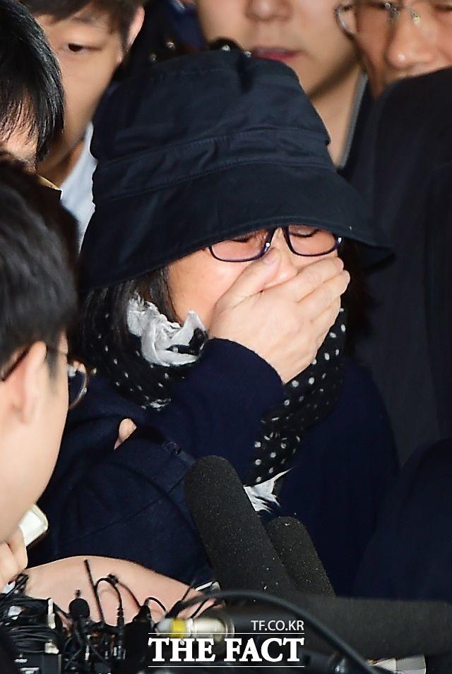 10월 31일 최순실 씨가 검찰 출석했다. 최 씨는 울먹이며 모든건 검찰에서 얘기하겠다고 말했다.