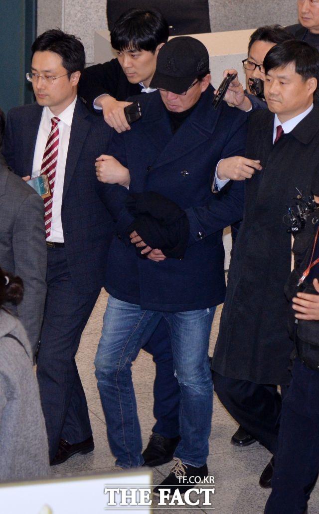 11월 8일 차은택 전 창조경제추진단장이 중국 동방항공 칭다오발 MU2043편으로 귀국했다. 차 씨는 이날 밤 바로 서울중앙지검으로 압송돼 조사를 받았다.