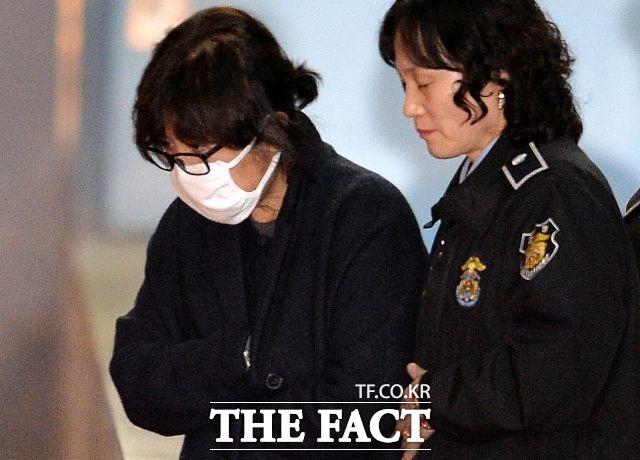 11월 2일 검찰, 최순실 씨의 구속영장 청구됐고 다음날 구속됐다.