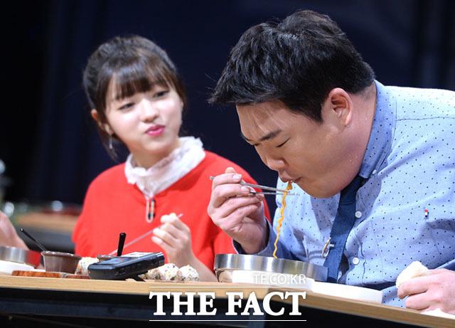 한줄기의 면에도 집중하는 김준현과 신기하게 바라보는 유아