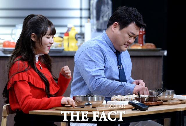 이번에는 라면을 시식하는 유아(왼쪽)와 김준현