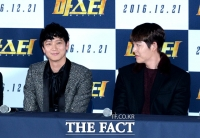 [TF포토] 강동원-김우빈, '영화를 책임지는 두 미남'