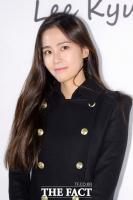 [TF포토] 홍수현, '단정한 올블랙 패션에도 가려지지 않는 미모'