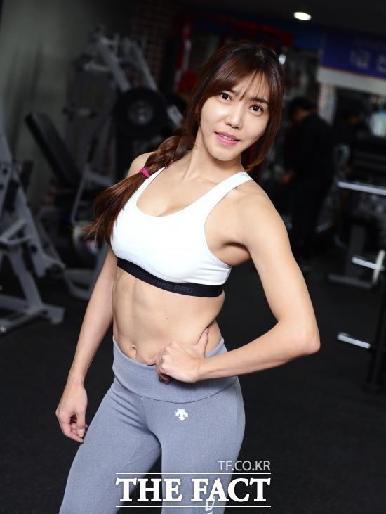 복부비만의 기준은? 한국인의 복부비만의 기준은 허리둘레로 남자 90cm, 여자 85cm이다.  복부비만의 기준을 넘지 않기 위한 운동법을 소개한 정윤서 피트니스 트레이너. /이덕인 기자