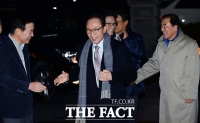[TF포토] 송년 모임 참석하는 이명박 전 대통령과 이재오