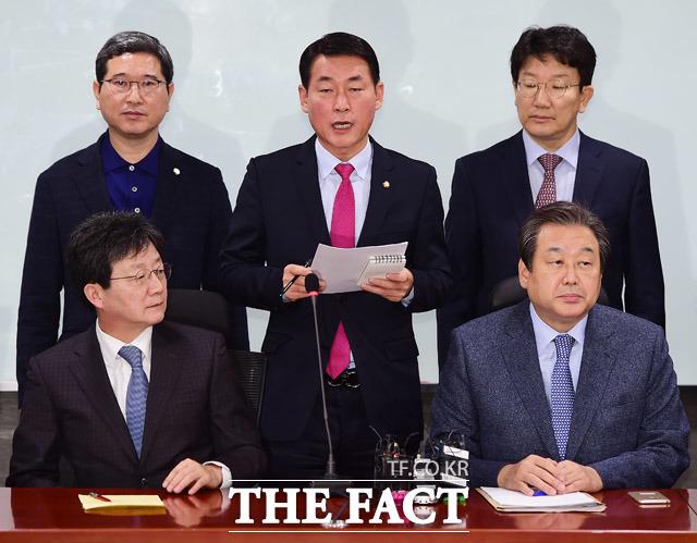 동지에서 남으로. 김무성 전 대표 등 새누리당 비박계 31명은 21일 오전 국회에서 열린 새누리당 비박계 긴급회의에서 당을 떠나겠다고 합의했다. /배정한 기자