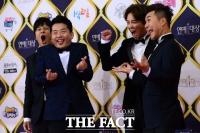 [TF포토] 연예대상 수상한 김종민, '행복한 엽기표정'