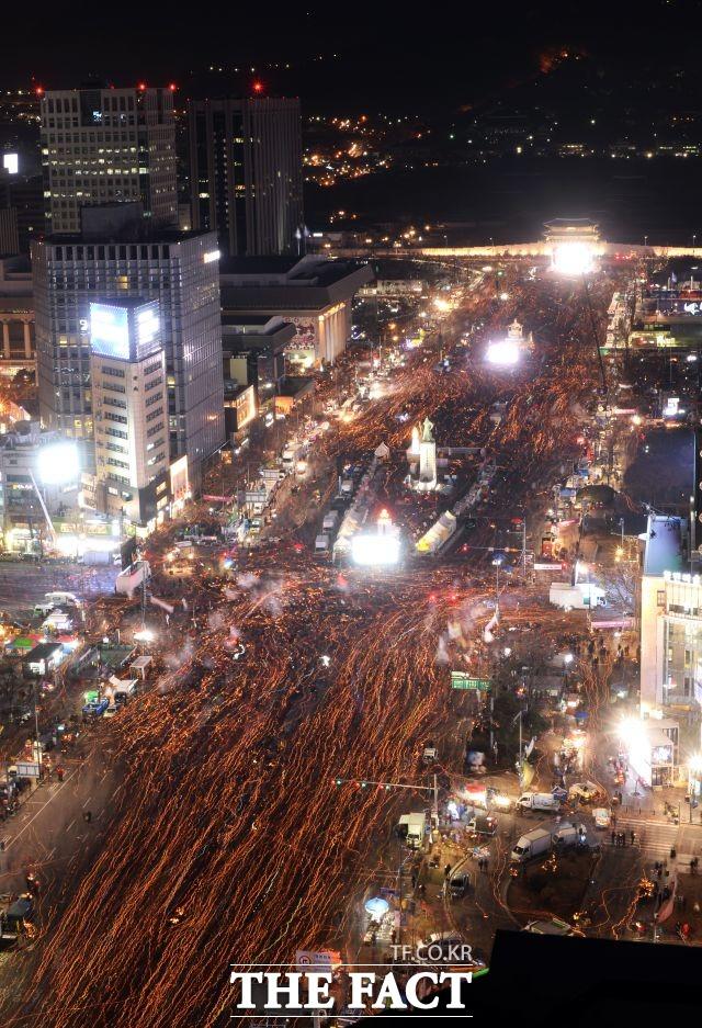 사진은 박근혜 대통령 퇴진을 촉구하는 광화문광장 촛불집회 당시. /이효균 기자