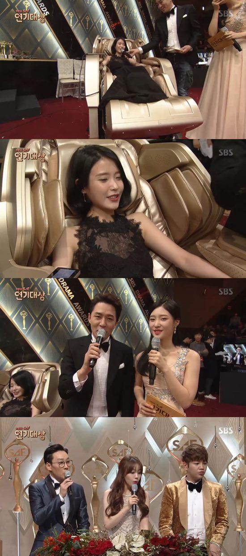 가수 아이유(위)가 2016 SBS 연기대상에서 짠한 인물상을 받았다. /SBS 연기대상 방송 캡처