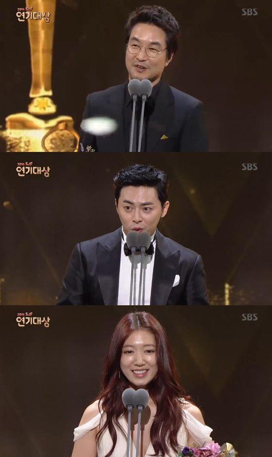 배우 한석규(위)가 2016 SBS 연기대상에서 대상을 받았다. /2016 SBS 연기대상 방송 캡처