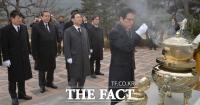 [TF포토] 개혁보수신당, '김대중-김영삼 전 대통령 묘역 참배'