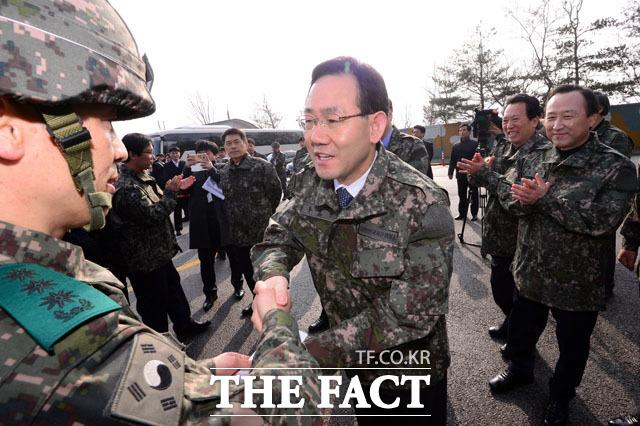 격려금 전하는 주호영 원내대표