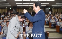 [TF포토] 국회 청소근로자 출입증 전달하는 정세균 국회의장