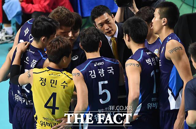 우리카드 김상우 감독이 선수들에게 작전을 지시하고 있다.