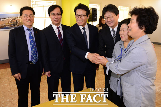 환경미화원과 악수하는 정운천 의원,김영우 국방위원장, 정병국 창당준비위원장, 유승민 의원