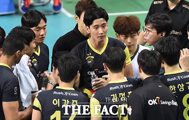 OK저축은행 김세진 감독이 선수들에게 작전을 지시하고 있다.