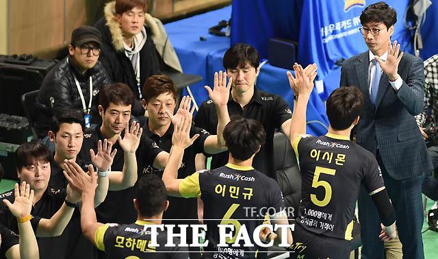OK저축은행 김세진 감독이 선수들과 하이파이브를 나누고 있다.