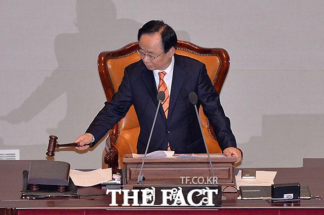 헌법개정 특별위원회 첫 전체회의 주재하는 이주영 위원장
