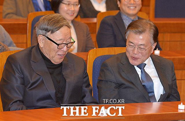 김응용 공동대표(왼쪽)와 대화 나누는 문재인 전 대표
