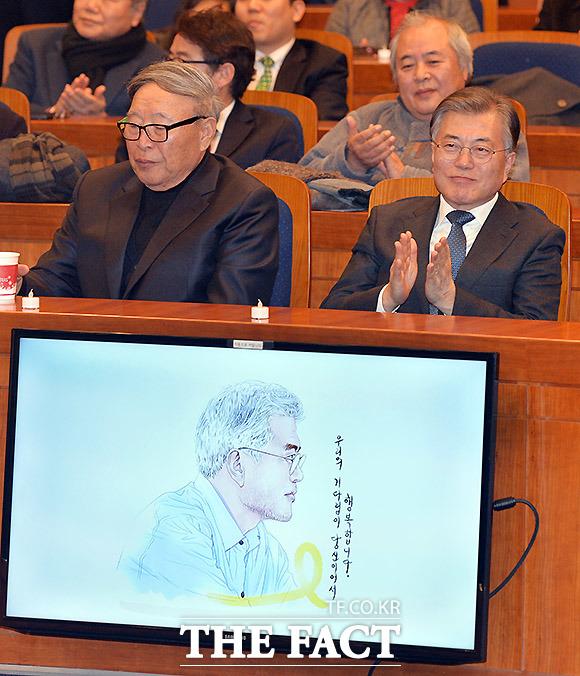 문재인 전 대표(오른쪽)가 원수연 공동대표가 그린 그림을 보고 있다.