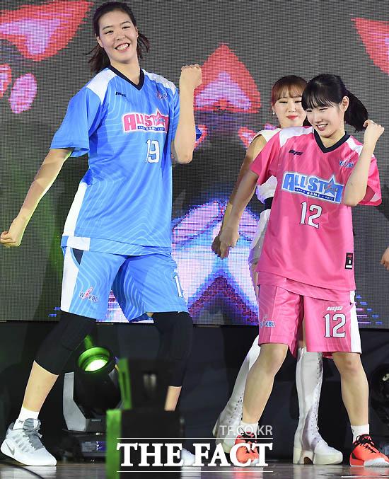 블루스타 박지수와 핑크스타 김지영이 댄스 배틀을 벌이며 올스타전에 입장하고 있다.