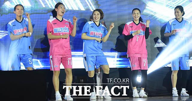 올스전에 출전한 김연주, 임영희, 박하나, 한채진, 고아라가 흥겨운 댄스를 추며 입장하고 있다.