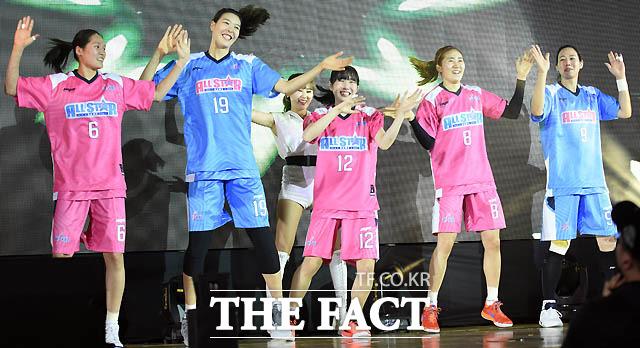 최은실, 박지수, 김지영, 노현지, 곽주영이 흥겨운 댄스를 추며 입장하고 있다.