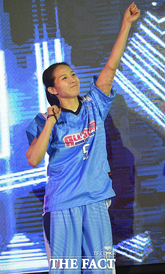 블루스타 김연주가 흥겨운 춤을 선보이고 있다.