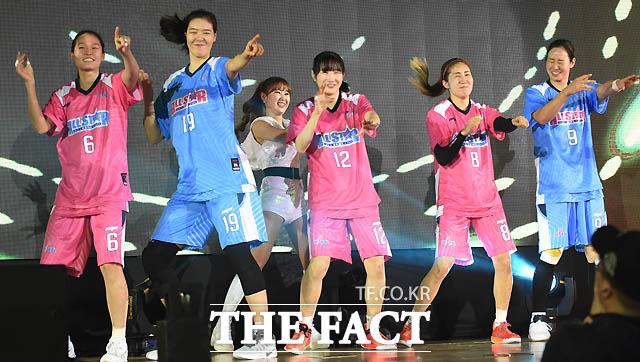 최은실, 박지수, 김지영, 노현지, 곽주영이 춤을 추며 입장하고 있다.