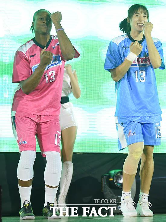 핑크스타 크리스마스와 블루스타 김단비가 댄스를 추며 올스타전에 입장하고 있다.