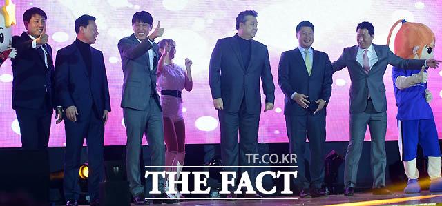 올스타전에 출전한 이환우, 김영주, 위성우, 임근배, 안덕수, 신기성이 감독이 입장하고 있다.