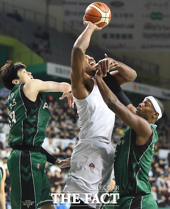 KGC 사이먼이 동부 김주성, 벤슨에 앞서 리바운드볼을 잡아내고 있다.