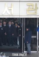 [TF포토] 법원 나오는 이재용 부회장, '구속여부 밤늦게 결정'