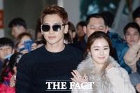 [TF포토] 김태희-비, '팬들의 축하 받으며 신혼여행 출발'