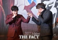 [TF포토] 김지석-윤균상, '장난기 넘치는 브로맨스'