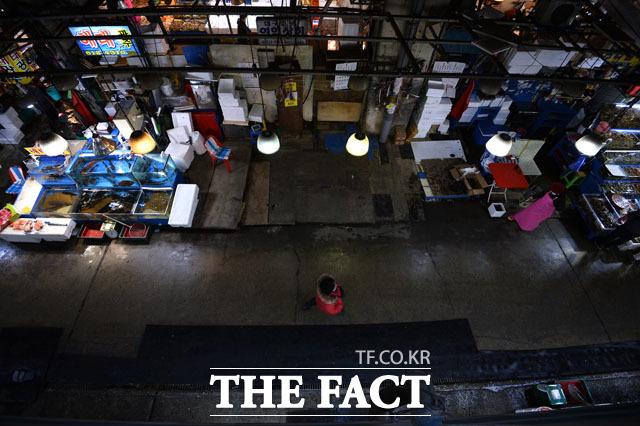 한산한 시장 설을 나흘 앞둔 25일 노량진수산시장은 한산한 모습을 보였다.