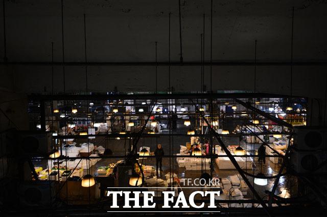 떠나간다 신축 건물로 이전한 상인들로 붐비던 시장 곳곳엔 빈자리들이 늘어가고 있다.