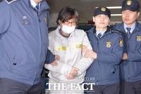 [TF포토] 특검 소환 최순실, '마스크 쓰고 묵묵부답'