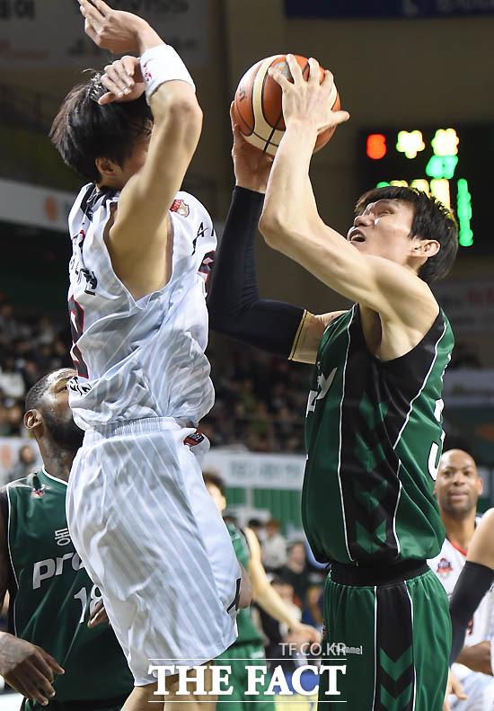 동부 김주성이 KT 천대현의 마크를 뚫고 골을 성공시키고 있다.