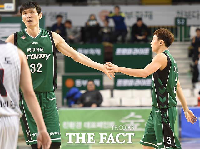 동부 허웅이 1점차로 추격하는 3점슛을 터뜨리고 김주성과 하이파이브를 나누고 있다.