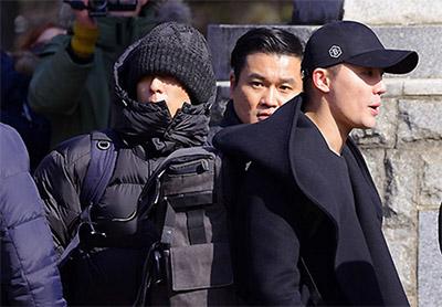 [TF영상] 과한 경호에 군 안내까지…김준수-탑 '황제 입대'