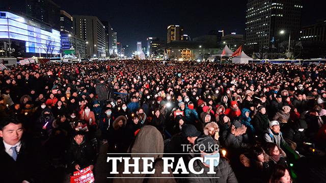 탄핵 기각설 선고 연기설등 근거없는 루머가 나돌면서 야권은 탄핵 위기론을 앞세워 11일 서울 광화문 광장등 전국 주요 도시에서 열리는 촛불집회에 적극 동참하기로 했다. 사진은 지난해 광화문 한 촛불집회 모습. /이덕인 기자