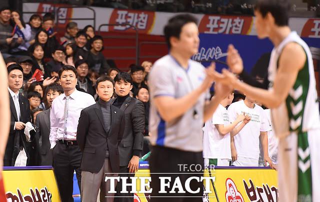 동부 김영만 감독이 4쿼터 종료직전 허웅이 테크니컬 파울을 당하자 심판 판정에 항의하고 있다.