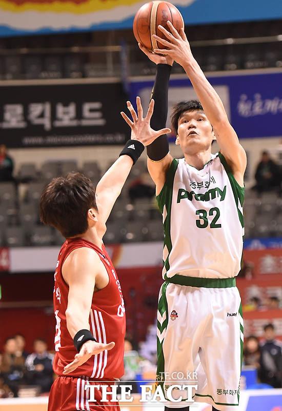 동부 김주성이 3점슛을 시도하고 있다.